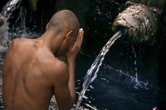 Hombre que alzaprima en el templo del agua santa Foto de archivo