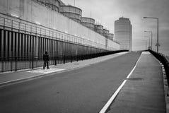 Hombre que anda a trancos a lo largo de la calle Fotografía de archivo libre de regalías