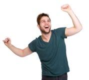 Hombre que anima con los brazos extendidos Foto de archivo