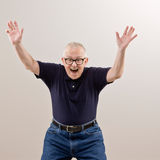 Hombre que anima y que celebra su éxito Foto de archivo libre de regalías