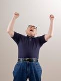 Hombre que anima y que celebra su éxito Fotos de archivo libres de regalías