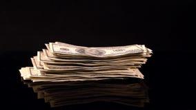Hombre que apila 100 billetes de dólar a la velocidad almacen de metraje de vídeo