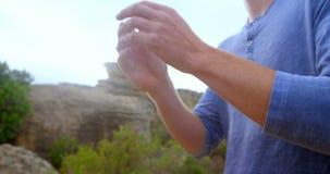 Hombre que aplica el polvo de la tiza en las manos 4k metrajes