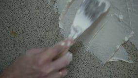 Hombre que aplica el yeso en una pared seca Enyesado del trabajador de construcción almacen de video