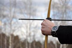 Hombre que apunta una flecha Foto de archivo libre de regalías