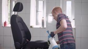 Hombre que asperja el asiento de carro del pulveriser almacen de video