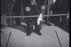 Hombre que ata el hankerchief en la cuerda para el esfuerzo supremo metrajes