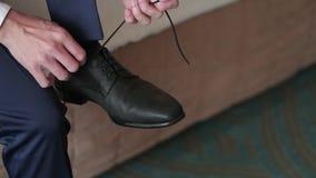 Hombre que ata los zapatos almacen de metraje de vídeo