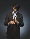 Hombre que ata su corbata fotografía de archivo libre de regalías