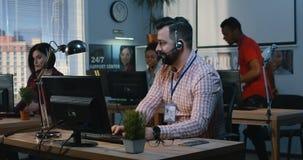 Hombre que ayuda hacia fuera a su colega en una oficina