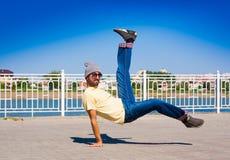 Hombre que baila las gafas de sol amarillas de los tejanos de la camisa Foto de archivo libre de regalías