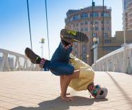 Hombre que baila las gafas de sol amarillas de los tejanos de la camisa Foto de archivo