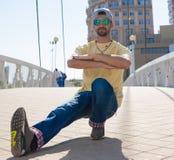 Hombre que baila las gafas de sol amarillas de los tejanos de la camisa Fotografía de archivo