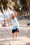Hombre que balancea en la cuerda Imagen de archivo libre de regalías