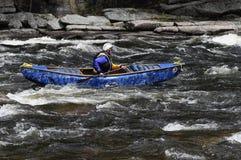 Hombre que bate una canoa en el Cr del norte de Hudson White Water Derby In imagen de archivo
