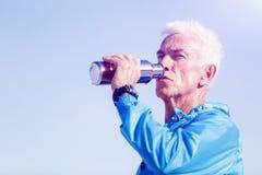Hombre que bebe de una botella de los deportes Imagen de archivo