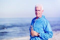 Hombre que bebe de una botella de los deportes Fotografía de archivo libre de regalías