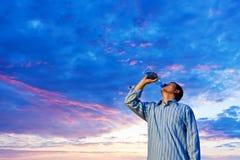 Hombre que bebe el agua pura fotografía de archivo libre de regalías