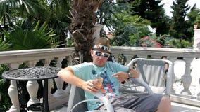Hombre que bebe el zumo de naranja sano almacen de metraje de vídeo