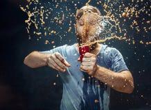 Hombre que bebe una cola y que disfruta del espray imagen de archivo libre de regalías