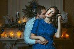 Hombre que besa apasionado el cuello de la mujer Imagen de archivo libre de regalías