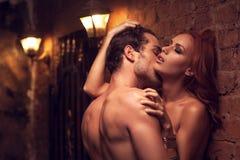 Hombre que besa el cuello de la mujer Fotografía de archivo libre de regalías