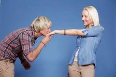 Hombre que besa la mano de la mujer. Foto de archivo libre de regalías