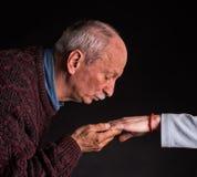 Hombre que besa la mano de la mujer Fotografía de archivo