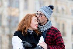 Hombre que besa a la mujer en frente Hombre en vidrios que besa a la mujer Muchacha de abarcamiento y beso del individuo Amores d Imagen de archivo
