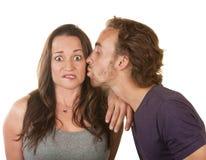 Hombre que besa a la mujer sorprendida Fotos de archivo