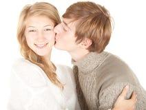 Hombre que besa a su novia hermosa Imagen de archivo libre de regalías