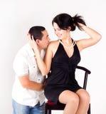 Hombre que besa a una muchacha. amor, día de tarjeta del día de San Valentín Imagen de archivo libre de regalías