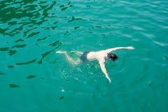 Hombre que bucea en el agua Imagen de archivo libre de regalías
