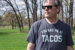 Hombre que busca los tacos en Cinco de Mayo fotos de archivo