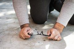hombre que busca una rotura y vidrios perdidos imágenes de archivo libres de regalías