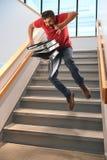 hombre que cae en las escaleras imagen de archivo