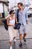 Hombre que camina abajo de la calle con la mujer Foto de archivo libre de regalías