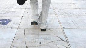 Hombre que camina con una maleta negra almacen de video