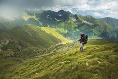 Hombre que camina en la montaña Fotos de archivo libres de regalías