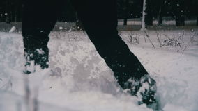 Hombre que camina en la nieve profunda en el bosque del invierno en el día Nevado Cámara lenta almacen de metraje de vídeo