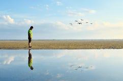 Hombre que camina en la playa Imagen de archivo libre de regalías
