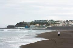 Hombre que camina en la playa Imagenes de archivo