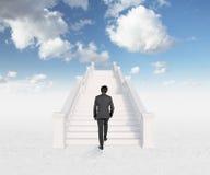 Hombre que camina en las escaleras Imagenes de archivo