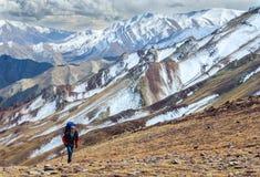 Hombre que camina en las montañas de Himalaya Fotografía de archivo libre de regalías