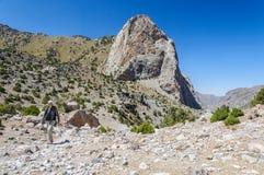 Hombre que camina en las montañas de Tayikistán Fotografía de archivo libre de regalías