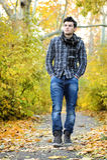 Hombre que camina en parque del otoño Fotos de archivo