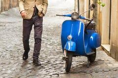 Hombre que camina en Roma Imágenes de archivo libres de regalías