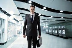 Hombre que camina en subterráneo Imagen de archivo libre de regalías