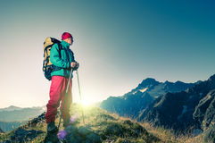 Hombre que camina las montañas fotografía de archivo libre de regalías