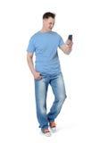 Hombre que camina que se fotografía en un smartphone Foto de archivo